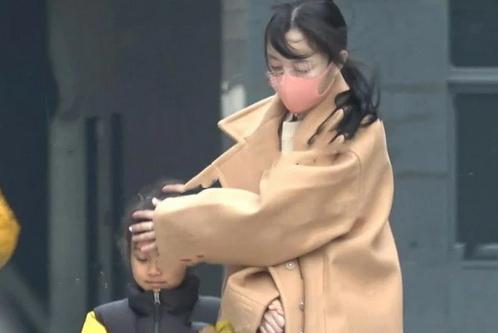 公开diss贾乃亮后,李小璐与母亲同接甜馨放学,63岁姥姥实力抢镜