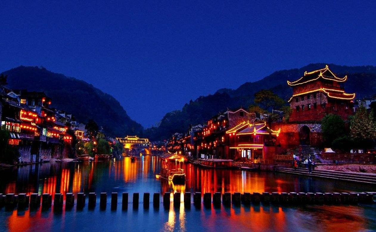 一个人的旅行,是为了在路上遇到更加真实的自己,也是为了看看另一个的地方人是怎么样生活的。也是为了了解更多的故事,增长自己的见识。所以一个人的旅行是更加合适。 中国最美丽的小城凤凰古城  这个被称为中国最美的小城,位于湘西。这是一个美丽安逸的小城,风景好,民风也淳朴。这里有古朴的气息,而且有浓郁的古镇文化。这里和丽江古城是不一样的风格,主要是有一条长河,这样显得晚上特别美,加上凤凰和热闹,还有户外的酒吧和闹市,晚上的凤凰古城真是美醉了。 神奇美丽的地方西双版纳  这里有绮丽秀美的热带风光,又有多姿多彩