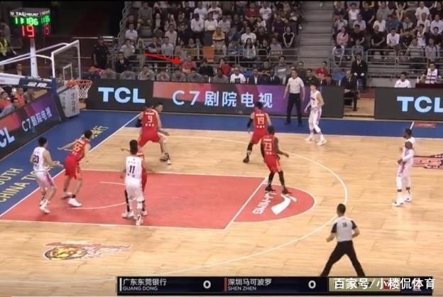 昨晚,吴庆龙坐到了深圳男篮替补席,难道他从山东男篮下课了?