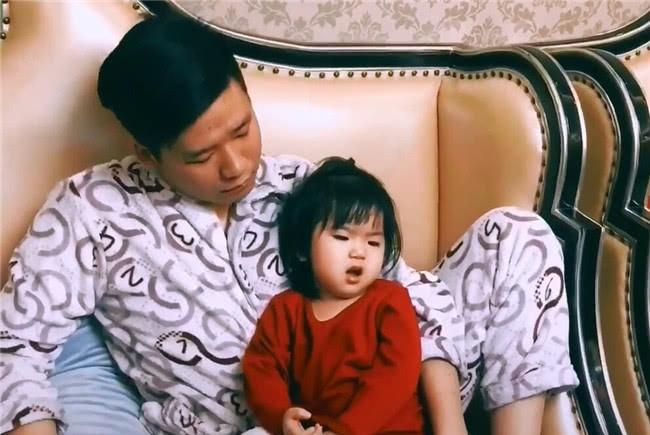 爸爸抱着女儿看电视,当看到旁边儿子,网友不淡定:这差别也太大