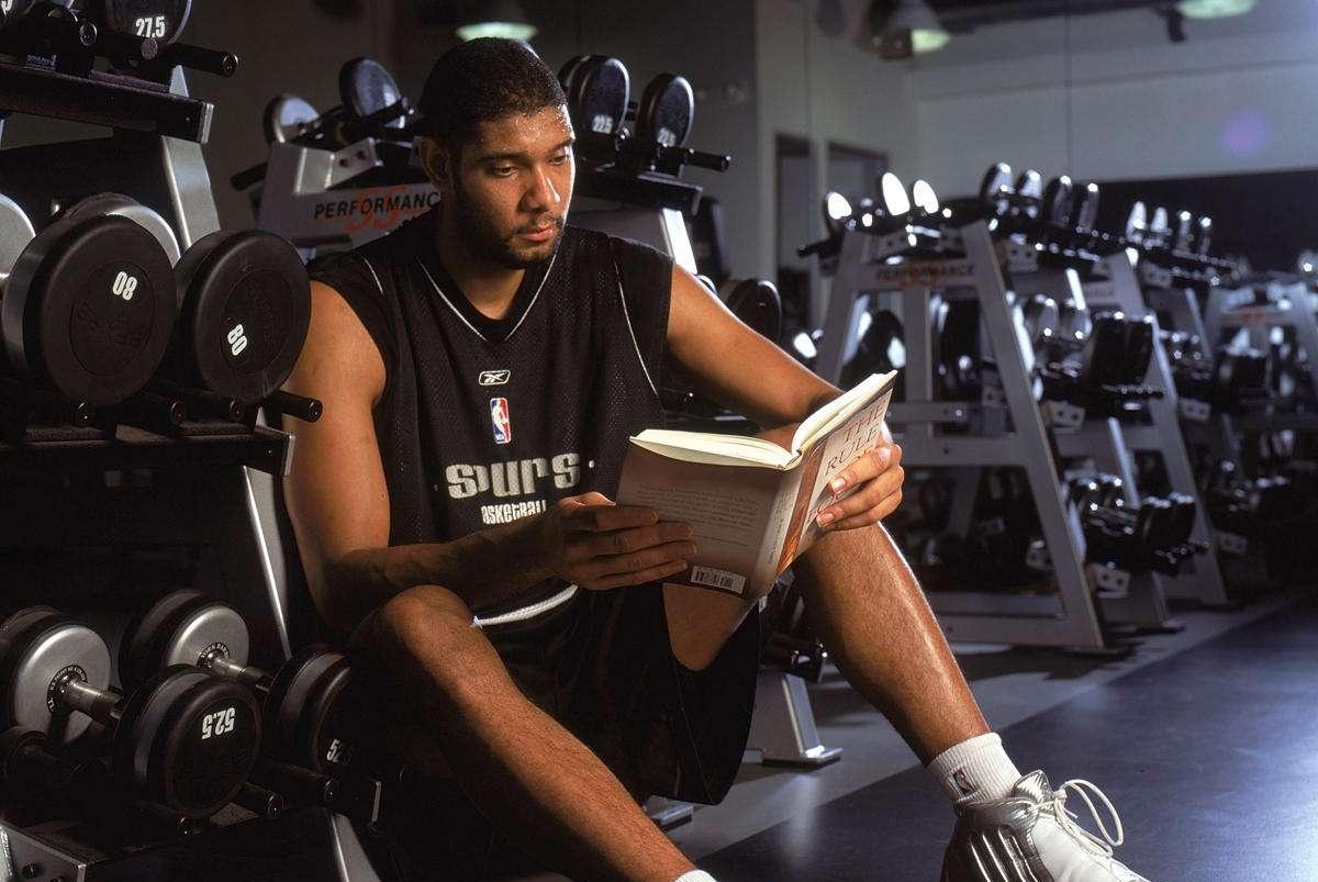 NBA名宿邓肯现状!与罗宾逊一起练搏击,身材保持良好,发型飘了
