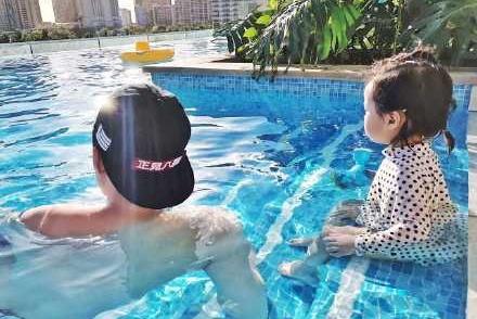 陈赫教女儿游泳,坦言:太不容易,网友的关注点却在安姐的腿上