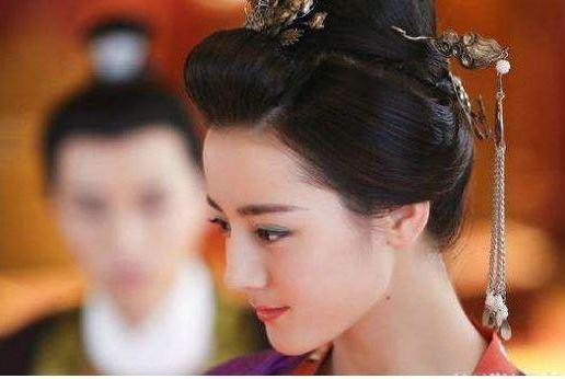 她爱上皇帝,因嫉妒狠心将妃子害死,皇帝知道后却不敢指责于她