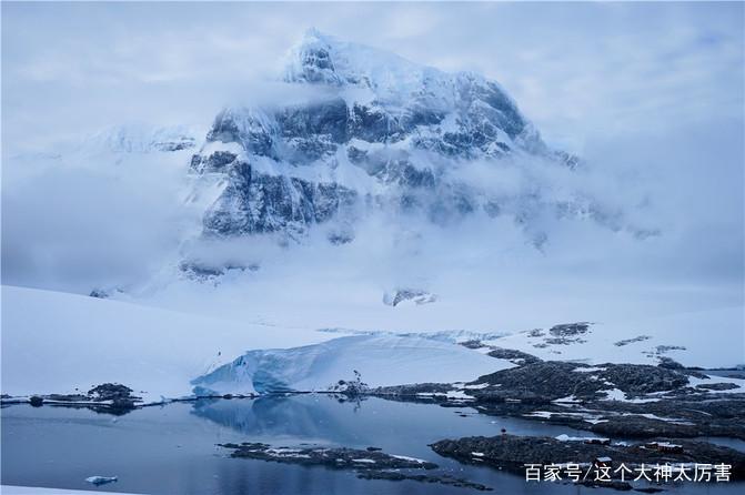 艰难地爬上山顶, 一座雄壮的雪山巍峨耸立,周围云雾缭绕,散发着神圣的