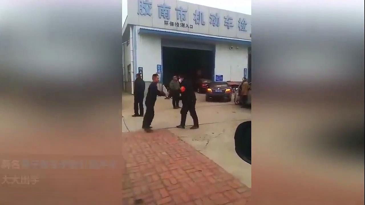 青岛两小哥当街斗殴 网友:看到武林高手的影子
