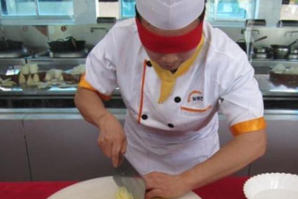 米其林大厨将面包切成纸,中国厨师切豆腐回应,网友:这才叫大厨