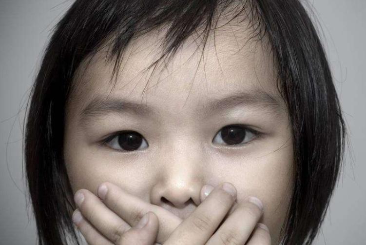 """""""妈妈,老师会知道吗"""",两个妈妈的回答,影响孩子的人生走向"""