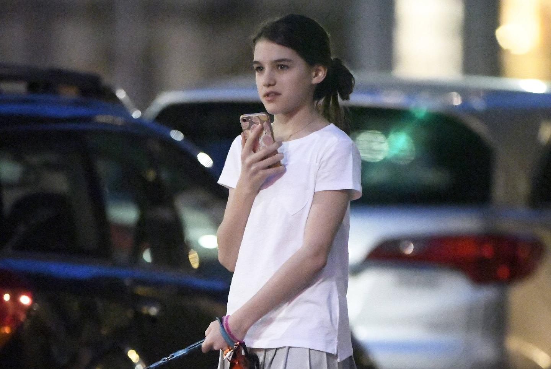 小苏瑞终于清新一回,白t恤搭灰色百褶裙清新甜美,美回小时候