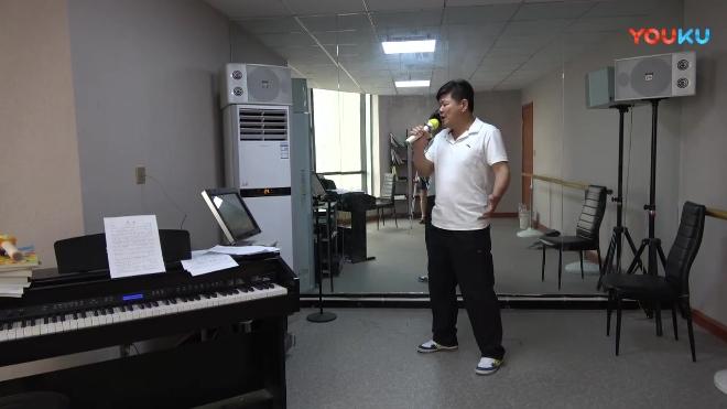 20186月13日下午方辉在郑州天籁之音培训机构练唱《红梅花儿开》,指导老师是周司南