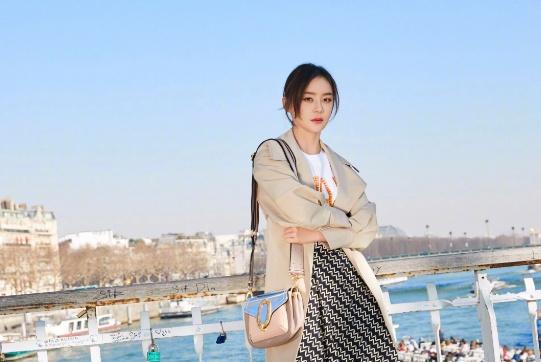 """小方包已经过时了,现在流行的是""""买菜包"""",欧阳娜娜拎着美翻了"""