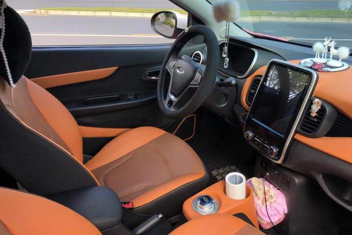 女司机改装粉红色奇瑞小蚂蚁,外观太少女心,车内的卷纸有点尴尬
