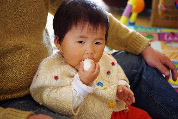 3岁女童吃鸡蛋后呕吐中毒,得知原因,外婆痛哭不该多做这一步