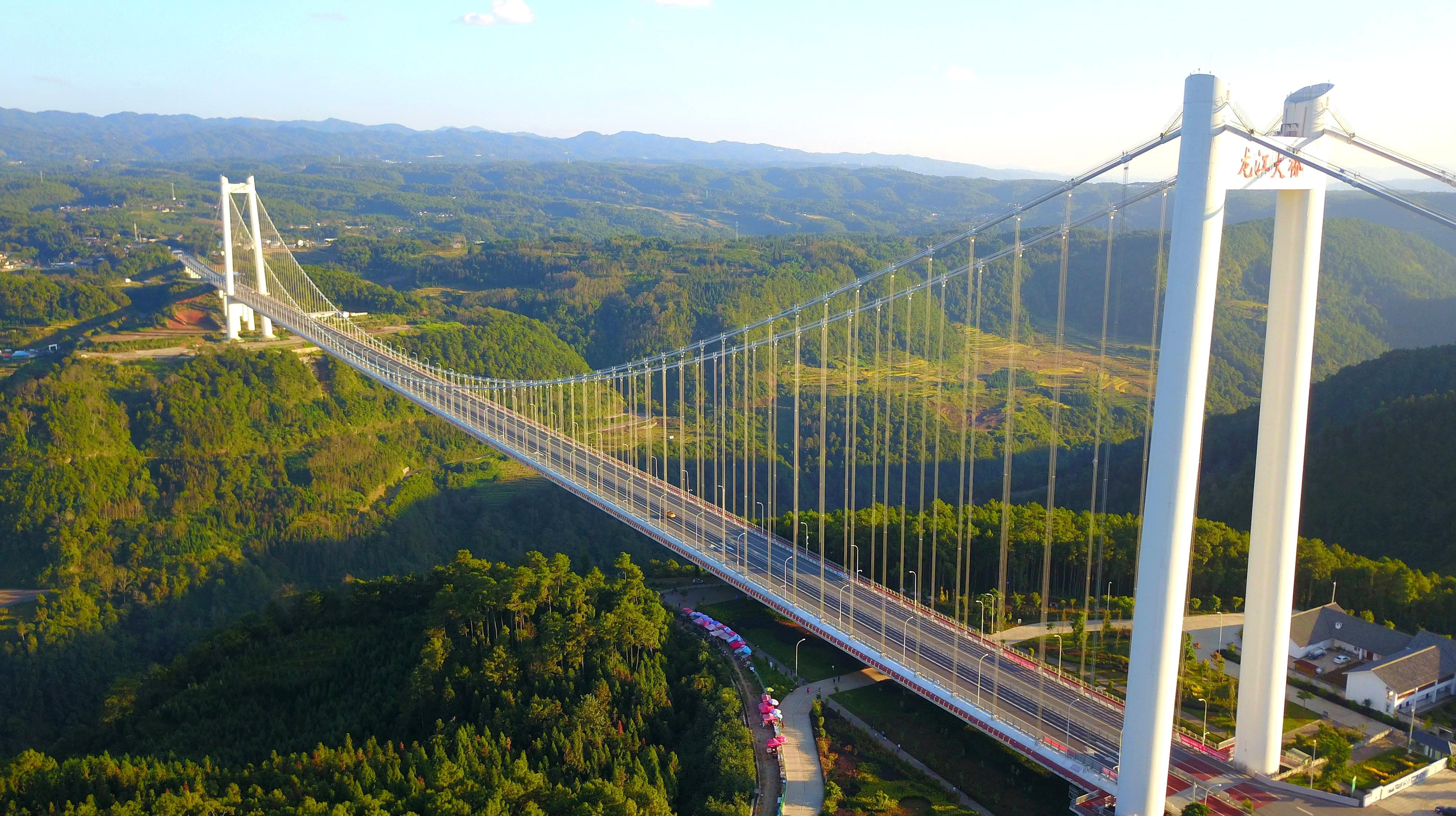 它是亚洲山区最大跨径的钢箱梁悬索桥,建设难度相当大!