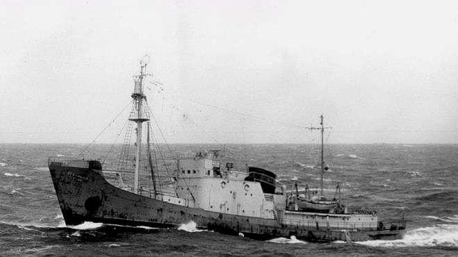 破烂渔船总跟在美国军舰身后,一触怒鱼雷齐发