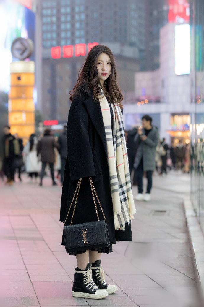 美女街拍:冬季高级范的穿搭,因为美所以更显年轻