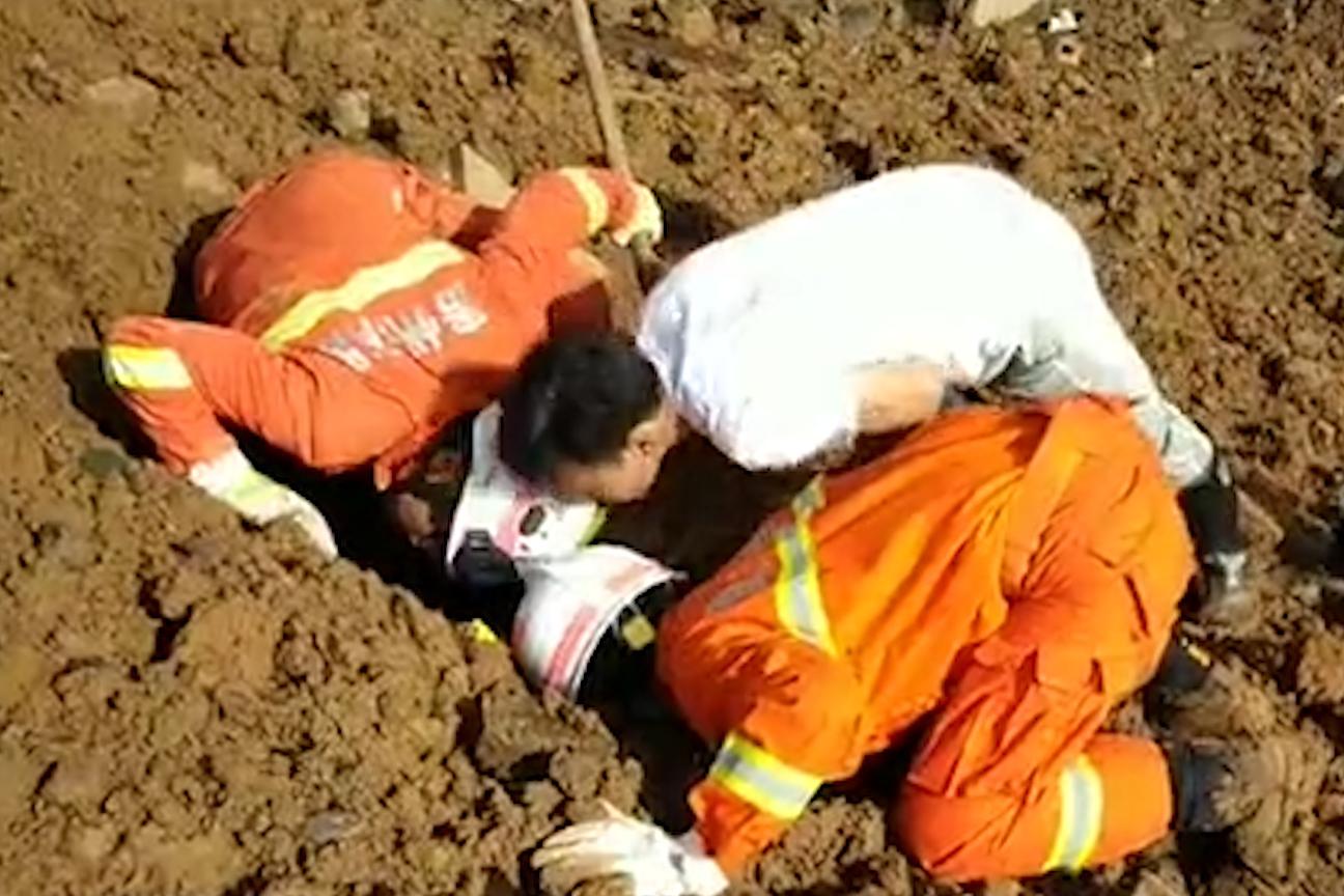 #贵州六盘水山体滑坡#【六盘水山体滑坡已致11人死亡 560余人参与救援 失联者仍在排查】7月23日21时20分许,贵州六盘水市水城县鸡场镇发生山体滑坡,21幢房屋被埋。截至24 日上午11时10分,搜救出22人,其中11人生还,11人死亡,失联34人。据生还者称,有8名外来人口来村,如属实失联人员将达42人。