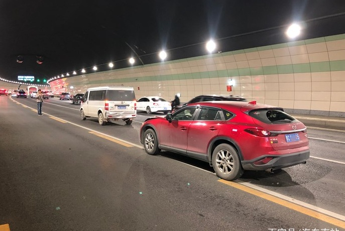 马自达CX-4隧道中追尾面包车,定损后,车主:有点不敢相信!