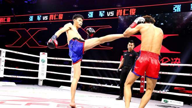 中国猛将腿法灵活,一脚爆头踢懵对手,全场追着打差点KO