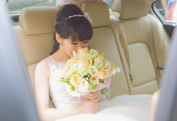 结婚当天姐姐炫耀自己嫁给了富二代,第二天回娘家,却哭着要离婚