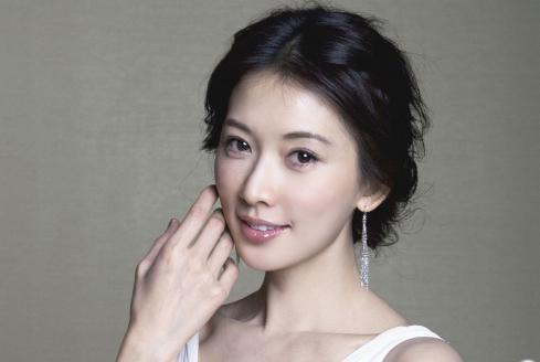 挤走学生林志玲,嫁60岁富豪,如今儿女双全被宠成公主