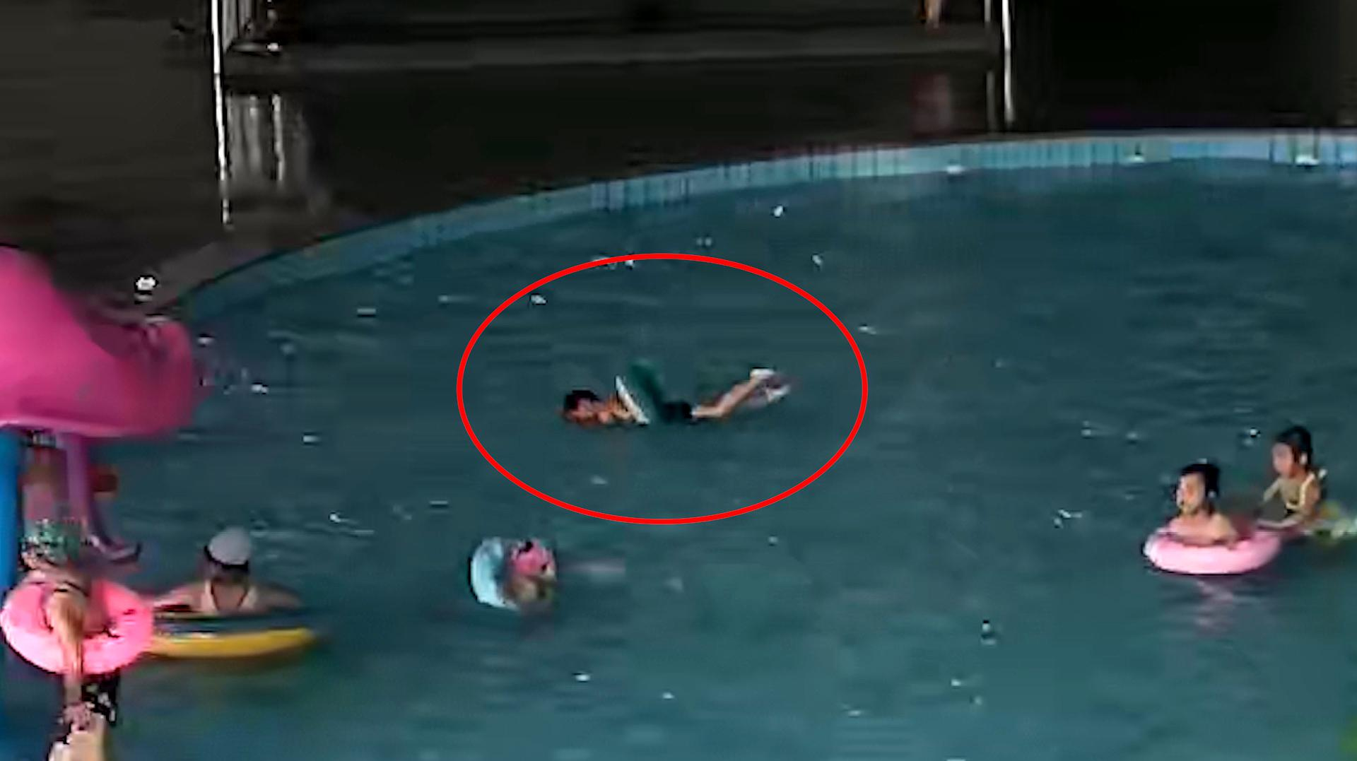 河南新乡:监控全程实录!3岁幼童带泳圈溺水 2分钟后才被发现