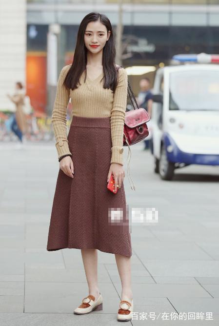 色小姐黄色网_小姐姐身穿黄色上衣搭配深咖色长裙,文艺范儿十足!