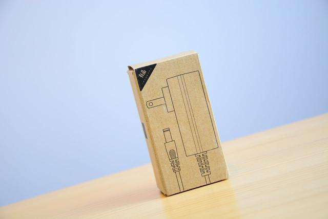它的造型设计是圆柱形的,简约大方,手持部位是一个封闭的把手,很独特
