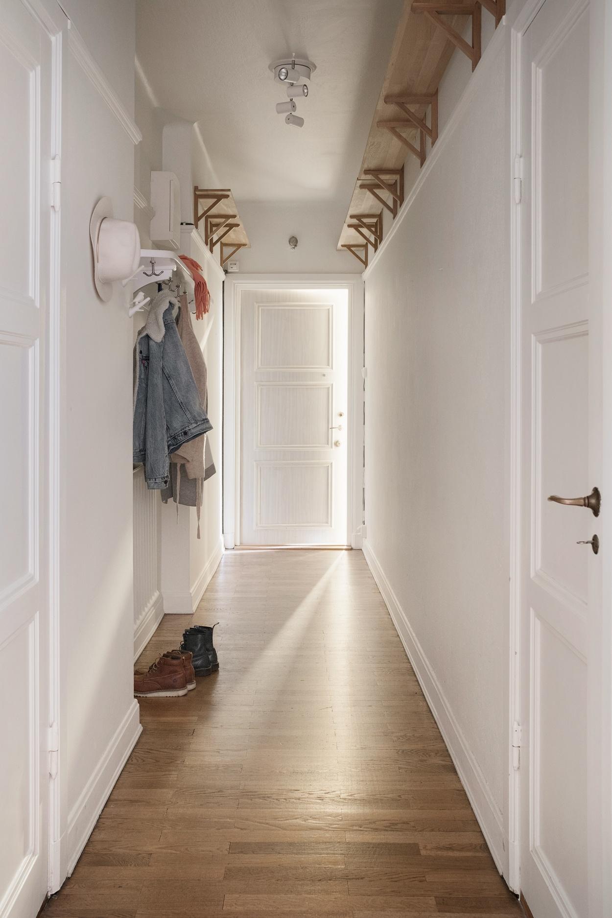 屋内的走廊过道,设计一些置物架,尽量往高处设                    阔