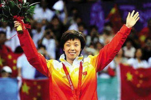 她是曾叱咤赛场的国乒大魔王,巅峰期退役嫁50岁富商,今幸福美满