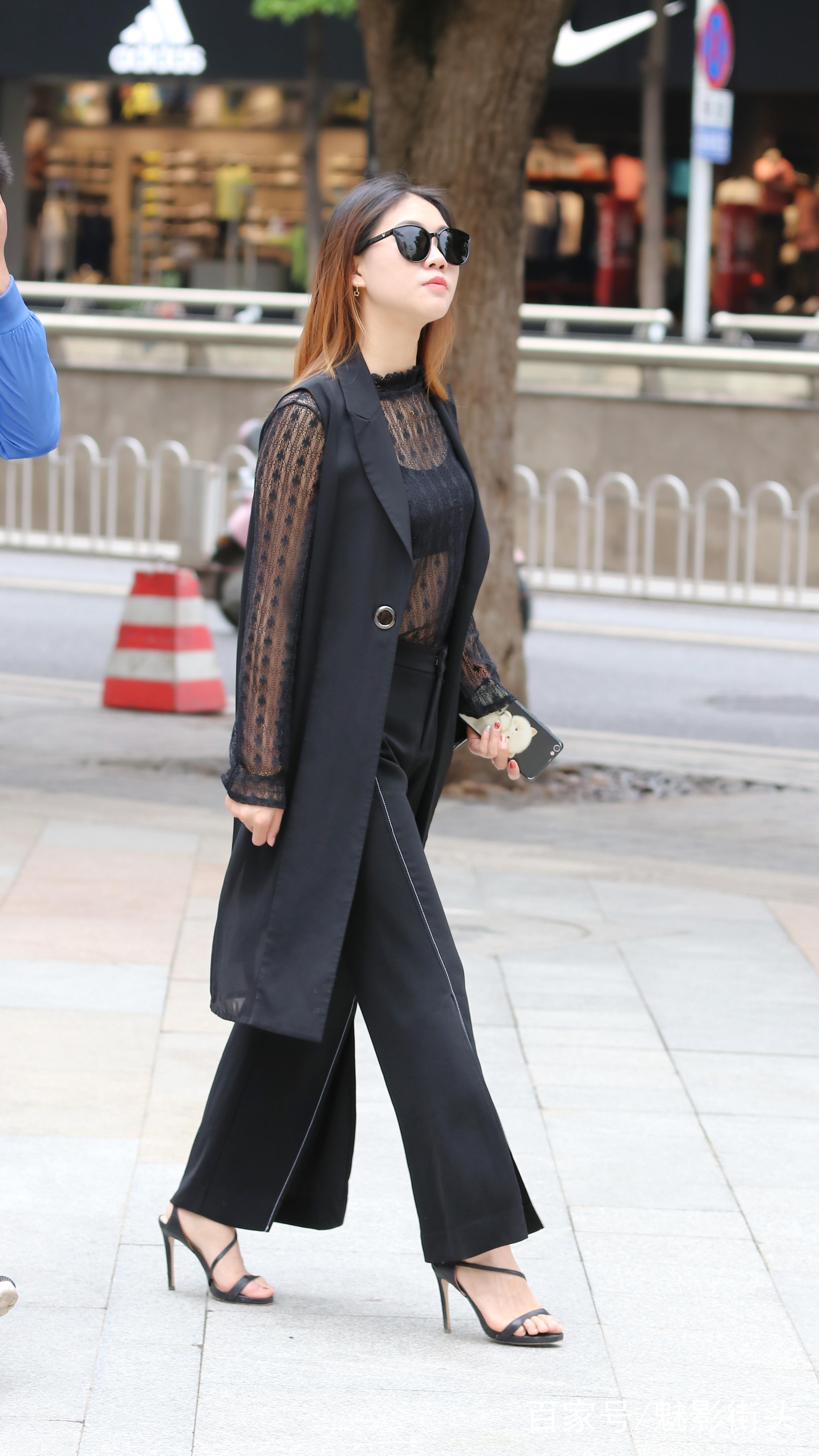 街拍:美女全身黑色系的穿搭,墨镜遮脸气场强大,轻熟气息遮不住