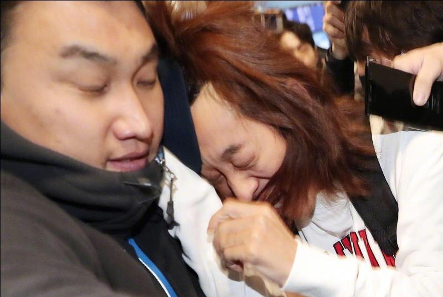 郑俊英返韩,在机场被媒体围堵追问略显狼狈,他回应了这句话