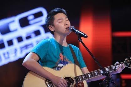 他曾是《好声音》冠军,后沦落街头卖唱,今上节目大爆选秀内幕!