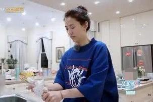 袁咏仪爱干净,张嘉倪用自己筷子在菜中搅拌,谢娜眼神证明一切