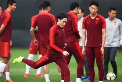 总被泰国队偷袭提醒国足,谁跟何超搭档打后腰将决定国足的输赢