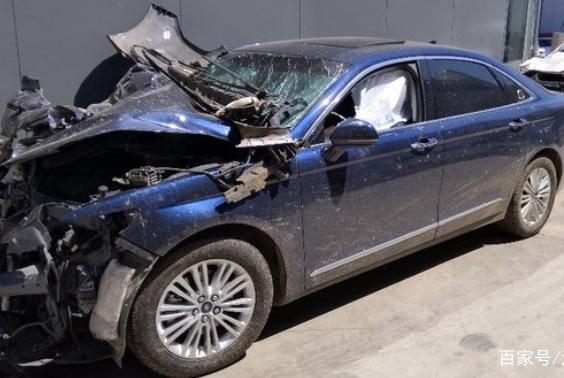 福特金牛座追尾大货车导致报废 车主:差点就没机会换车了!