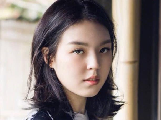 李咏女儿变化很大,晒个性照只留半句话,而且充满疑问