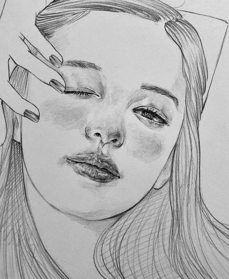 铅笔手绘,时尚帅气的韩系明星人物插画,傲气十足的女生.