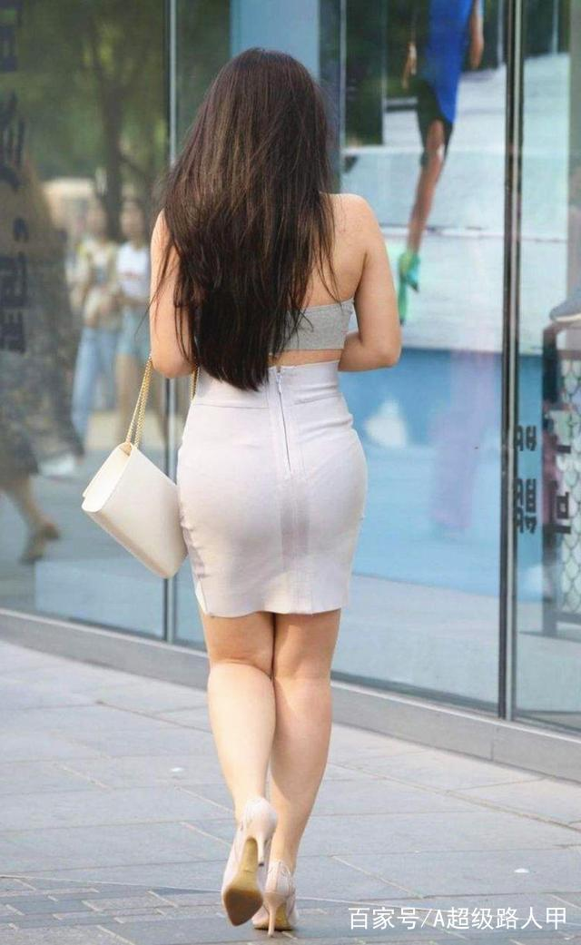 少妇岀轨-淫乱_街拍:灰色包臀裙少妇,走起路来风光无限,始终牵引着路人的目光