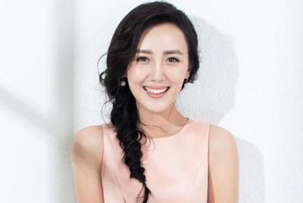 她的公公是老戏骨张丰毅,出道多年不温不火,如今与靳东搭档走红