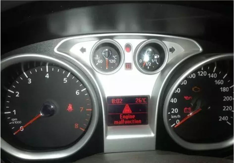 福克斯关闭钥匙后仪表还是有显示,故障现象:客户反映车子放置很长时间后没电,报救援进行搭电后车辆出现钥匙关闭后仪表还是有显示。 维修过程:接车后首先验证故障确实如客户所述,车辆可以正常启动但当钥匙回到关闭位置后车子可以熄火但仪表始终有显示且信息中心有英文如下图:  分析故障的原因:1.