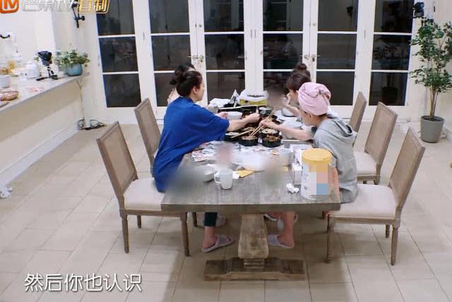 妻子团集体素颜吃饭,当镜头扫过章子怡的时候,网友直喊不敢信!