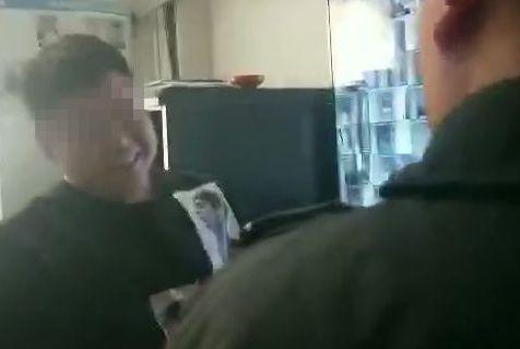 阜阳一小伙在宾馆被特警逮个正着 在其身上查获几百张招嫖卡片