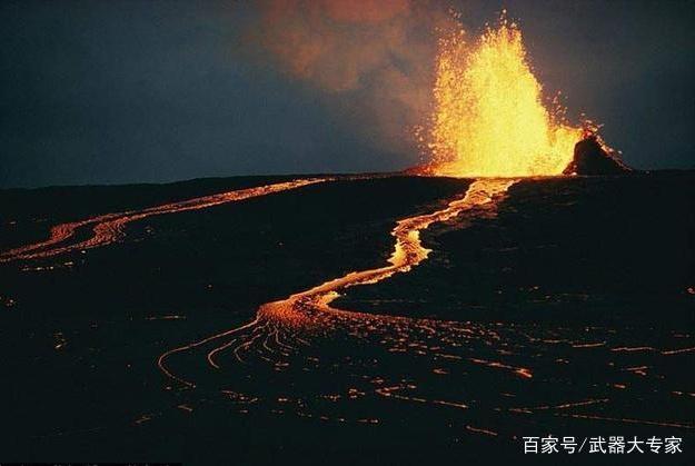 美军基地一连串巨响,遭遇40年来最强地震,火山爆发熔岩瞬间喷射