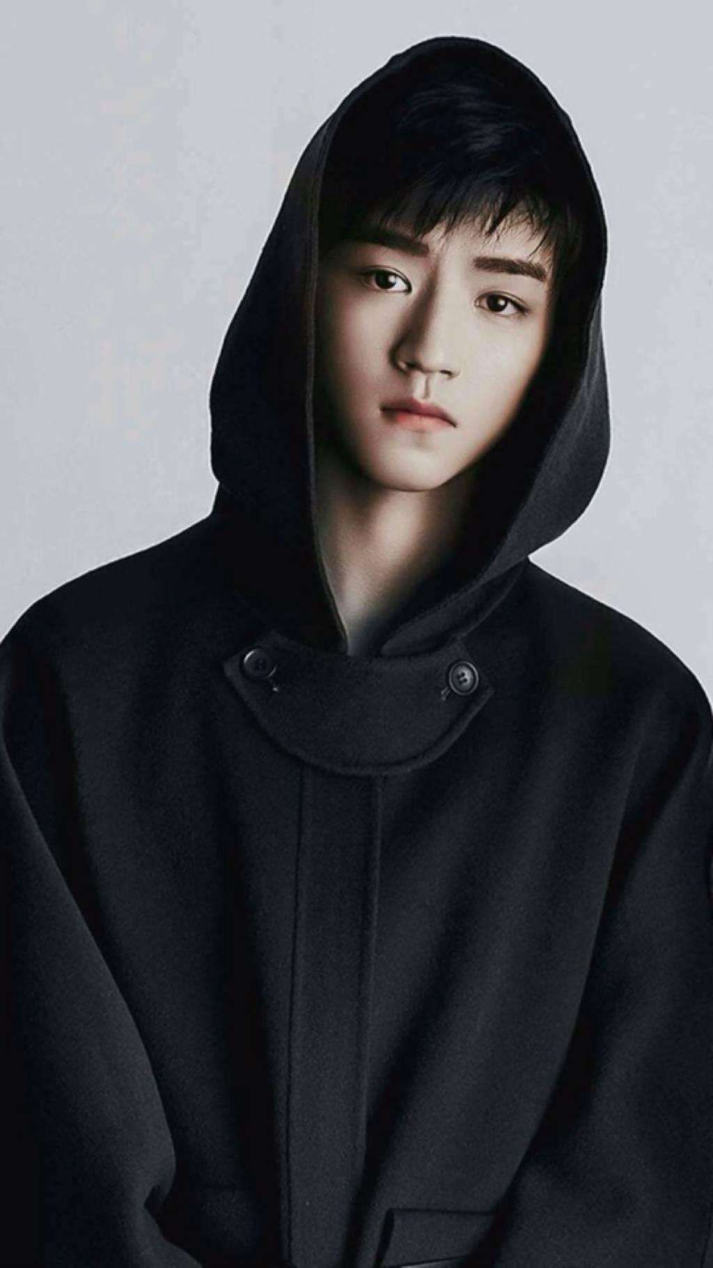 图片中的王俊凯穿了一件纯黑色的运动毛衫,纯色的打扮显得他十分干净