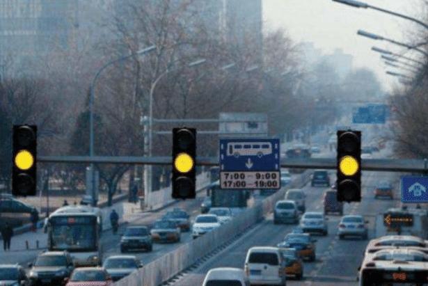 马路黄灯最后一秒过线算闯红灯吗?交警:我最后再说一次