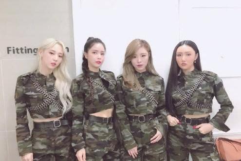 """韩国女团2次被抢镜头,男爱豆在台上""""举高高"""",金贤真狂比心!"""