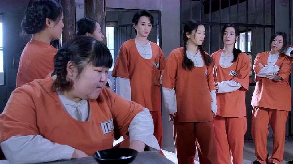 监狱女老大欺负刚来新人,进门先给下马威,不料三位都是高手