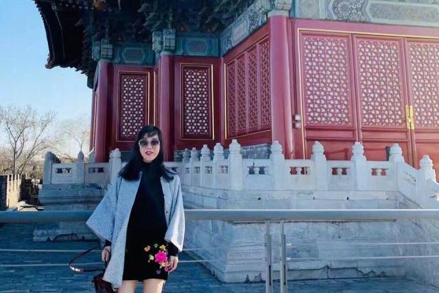 59岁吕良伟晒出三婚妻子近照,杨小娟穿着时尚大气,气质出众