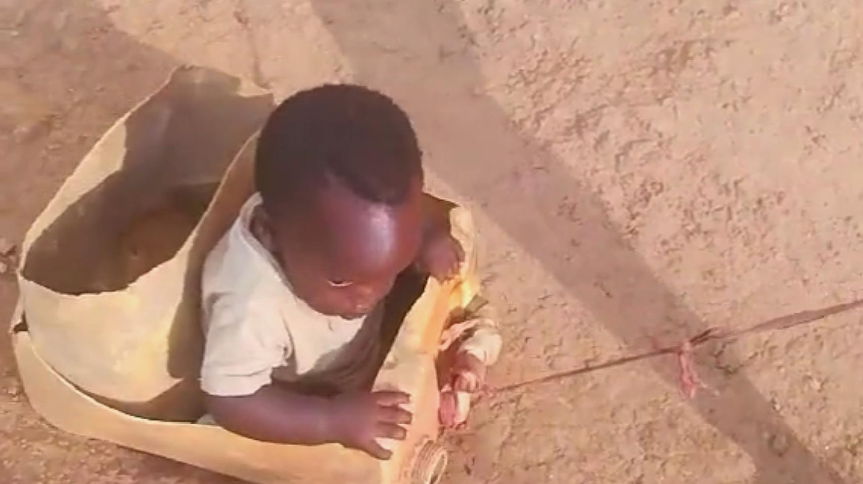 这位非洲小哥哥真会哄弟弟开心,就这样拉着弟弟玩