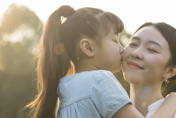 孩子没考到95分被妈妈扔路边:情绪失控的母亲是孩子的灾难